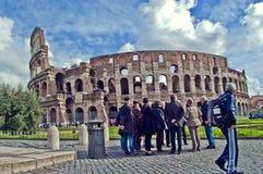 在罗马斗兽场罗马前面的游人 免版税图库摄影