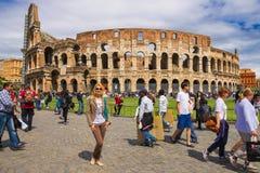 在罗马斗兽场附近的人们在罗马,意大利 免版税库存图片