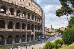 在罗马斗兽场附近的人们在罗马,意大利 库存照片