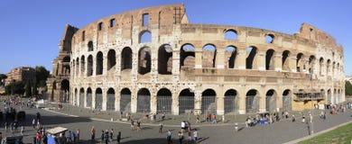 在罗马斗兽场附近的游人 库存照片
