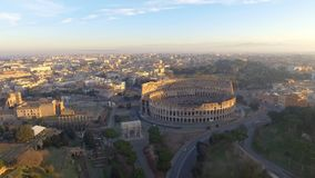 在罗马斗兽场,罗马,意大利的飞行 罗马大剧场的鸟瞰图日出的 股票录像
