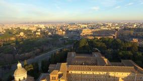 在罗马斗兽场,罗马,意大利的飞行 罗马大剧场的鸟瞰图日出的 股票视频