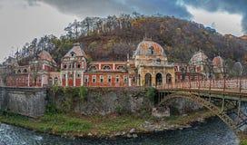在罗马温泉镇Herculane浴的老被放弃的大厦, Ro 免版税库存图片