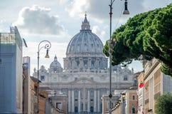 在罗马漫步和被拍摄的外国游人,意大利在主要天主教徒前面c的圆顶的一个明亮的晴天 免版税库存图片