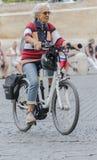 在罗马的中心走与他的bicicleta的夫人 免版税库存照片