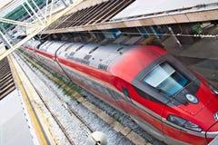 在罗马终点驻地的红色箭头火车 与路轨的顶视图和 免版税图库摄影