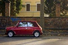 在罗马街道上的停放的红色汽车  库存图片