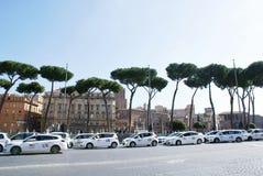 在罗马街道上的出租汽车  库存照片