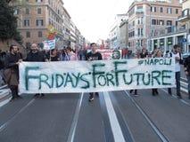 在罗马街道上的年轻人  库存图片