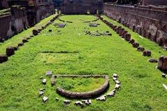在罗马论坛的老废墟 免版税图库摄影
