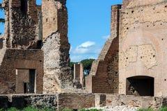 在罗马论坛的老废墟 库存照片
