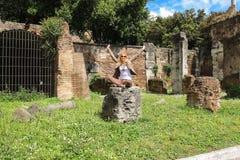 在罗马附近,意大利美丽如画的废墟的可爱的女孩  免版税图库摄影