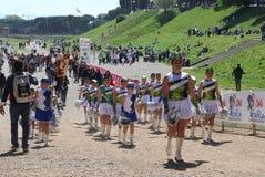 在罗马马拉松的军乐队女队长的表现  库存照片
