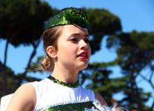 在罗马马拉松的军乐队女队长的表现  库存图片