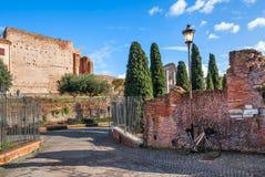 在罗马骑自行车倾斜在墙壁和路灯柱 库存照片