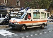 在罗马,意大利街道上的救护车  库存照片