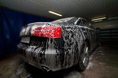 在罚款的汽车在洗车 免版税图库摄影