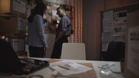 在罪行调查的警察局同事在办公室 股票录像