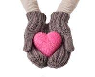 在羊毛手套的桃红色心脏 库存图片