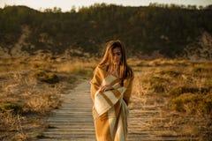 在羊毛毛巾包裹的美丽的妇女 免版税库存图片