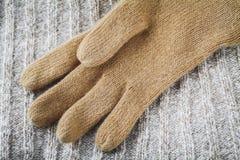 在羊毛毛线衣的手套 免版税库存照片