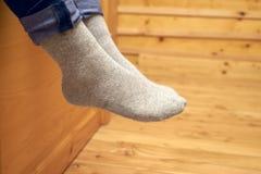 在羊毛袜子的女性腿 免版税库存图片