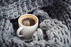 在羊毛snod芳香咖啡包裹的一个杯子 库存图片