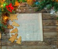 在羊皮纸的圣诞节姜饼 免版税库存图片