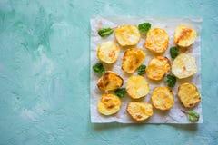 在羊皮纸的开胃被烘烤的土豆一半 库存照片
