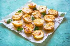 在羊皮纸的开胃被烘烤的土豆一半 免版税库存照片