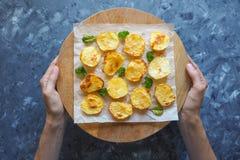 在羊皮纸的开胃被烘烤的土豆一半 免版税图库摄影