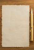 在羊皮纸的金笔 图库摄影