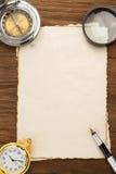 在羊皮纸背景的墨水笔和指南针 免版税库存照片