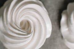 在羊皮纸背景的通风白色蛋白软糖特写镜头 做蛋白软糖的食谱 免版税库存图片
