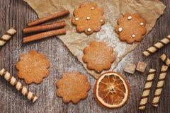 在羊皮纸,顶视图的曲奇饼 圣诞节甜点 免版税库存图片
