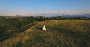 在美丽如画的山的夫妇身分在空中日出的bckg 4k 股票录像