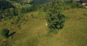 在美丽如画的山的夫妇身分在空中日出的bckg 4k 股票视频