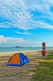 在美丽如画的海滩的帐篷 向量例证