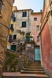 在美丽如画的镇Tellaro意大利的典型的狭窄的意大利街道 库存照片