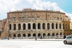 在美丽如画的古老大厦附近的人们在罗马,意大利 免版税库存照片