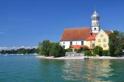 在美丽如画的看法的美丽如画的看法在教会在湖的Bodensee,德国Wasserburg 免版税库存照片