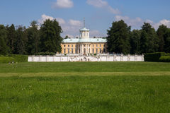 在美丽如画的附属建筑前面的草坪 阿尔汉格尔斯克州村庄  俄国 库存照片