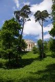 在美丽如画的附属建筑前面的草坪 阿尔汉格尔斯克州村庄  俄国 免版税库存照片