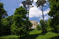 在美丽如画的附属建筑前面的草坪 阿尔汉格尔斯克州村庄  俄国 免版税图库摄影