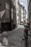在美丽如画的Gamla斯坦,斯德哥尔摩` s最旧的邻里的瑞典古雅鹅卵石街道 免版税库存图片