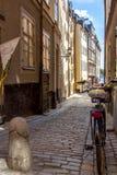 在美丽如画的Gamla斯坦,斯德哥尔摩` s最旧的邻里的瑞典古雅鹅卵石街道 免版税图库摄影