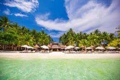 在美丽异乎寻常的热带白色晴朗的海滩 免版税库存照片