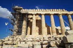 在美丽的世界遗产古典帕台农神庙的恢复未完成作品在上城顶部的大理石块基地的有机器的 库存图片
