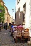 在美丽的中世纪街道上的室外咖啡馆在圣保罗de Vence 免版税库存图片