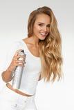 在美丽的卷发的妇女喷洒的喷发剂 理发 图库摄影